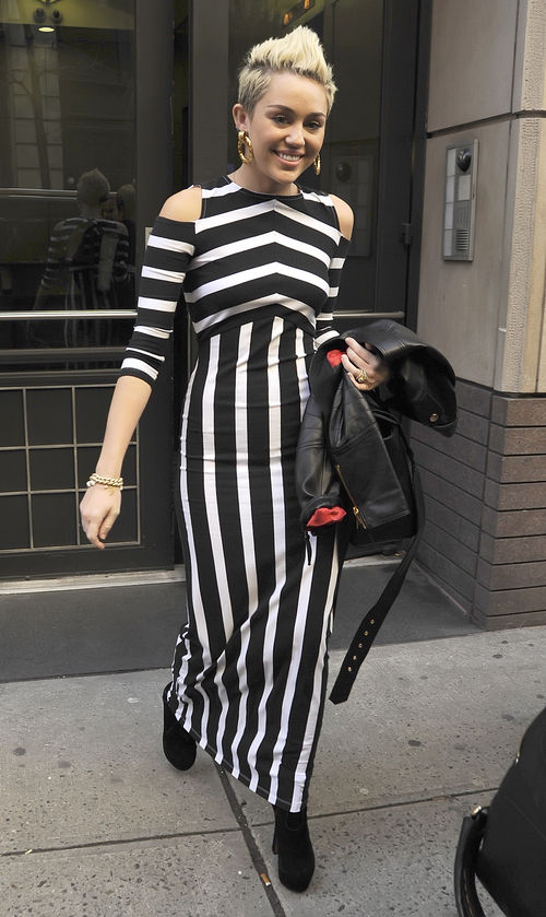 Miley Cyrus zeigte sich in New York im XXL-Streifen Dress