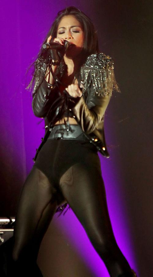 Nicole Scherzinger sieht ziemlich sexy bei einem Bühenauftritt aus