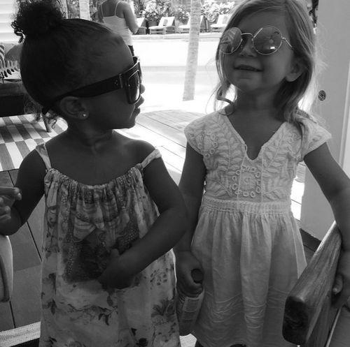 So süß! North West und Penelope Disick posieren cool mit Sonnenbrillen