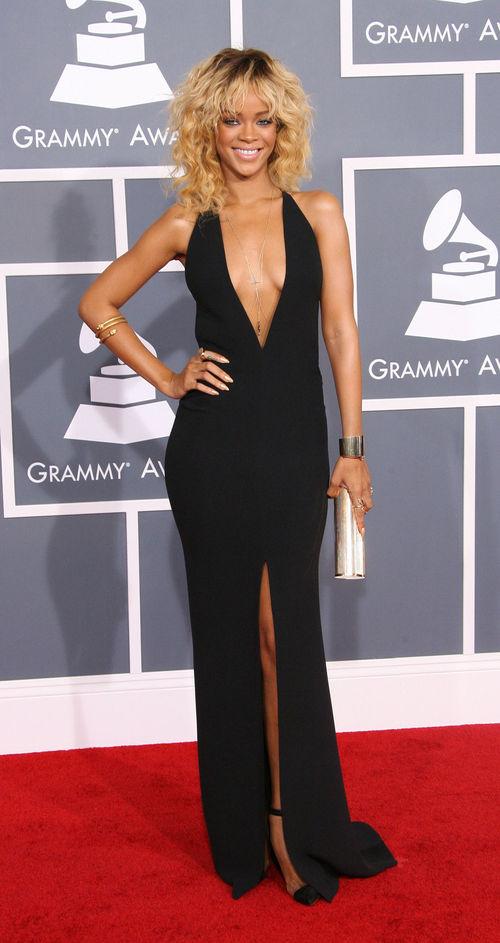 Bei den Grammy Awards trug Rihanna ein schwarzes Kleid von Giorgio Armani