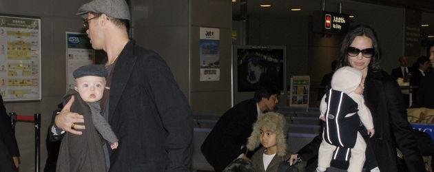 2009: Brad Pitt mit einem der Zwillinge im Arm und der Rest seiner Familie