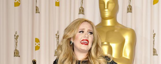 Adele hebt ihr Kleid hoch