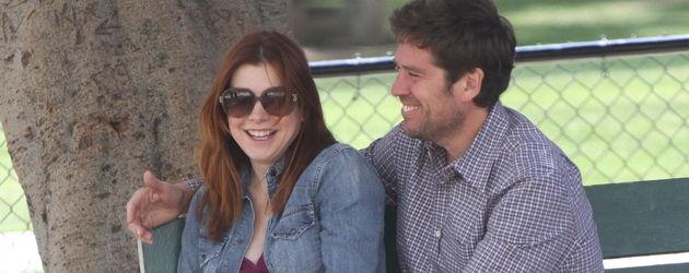 Alyson Hannigan schmust mit ihrem Mann auf einer Bank