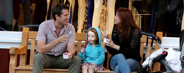 Alyson isst mit ihrer Familie Eis
