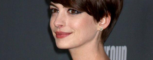 Anne Hathaway im goldenen Gucci-Dress mit Cat-Eyes