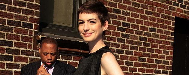Anne Hathaway im schwarzen Fransen-Dress