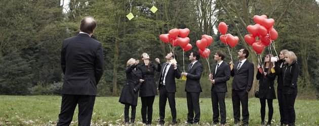 AWZ: Annettes Trauergäste mit Herz-Ballons