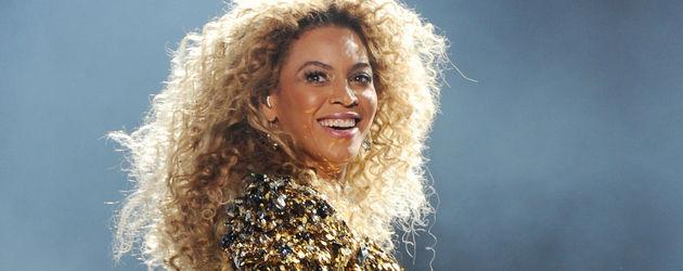 Beyoncé Knowles im goldenen Outfit von hinten