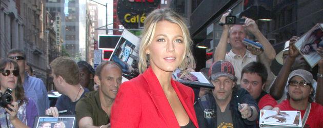 Blake Lively im roten Anzug