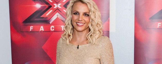 Britney Spears im langärmligen Glitzer-Kleid