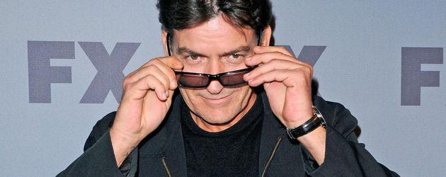 Charlie Sheen schaut über seine Sonnenbrille