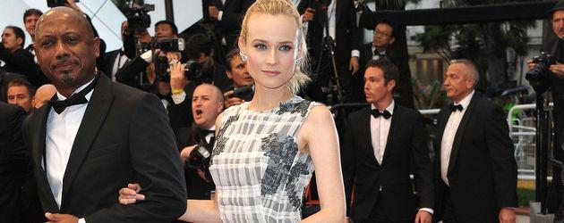 Diane Kruger im Mega-Schößchen-Kleid von vorne