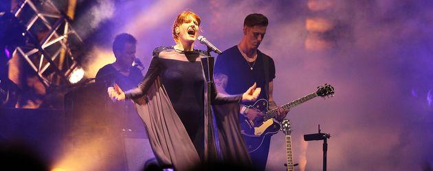 Florence Welch mit ihrer Band auf der Bühne