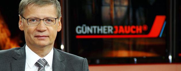 Günther Jauch vor seinem Logo