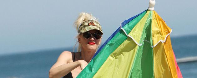Gwen Stefani stellt Sonnenschirm auf
