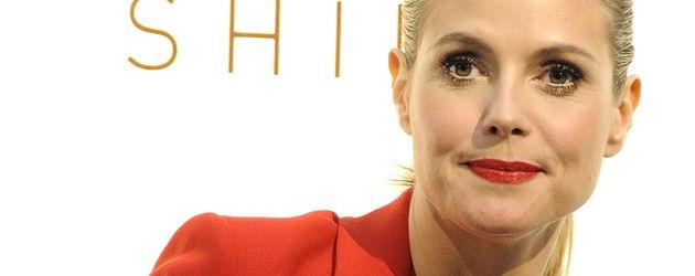 Heidi Klum mit rotem Lippenstift und Blazer