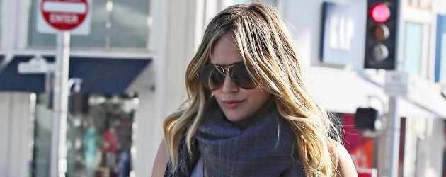 Hilary Duff mit einem Schal