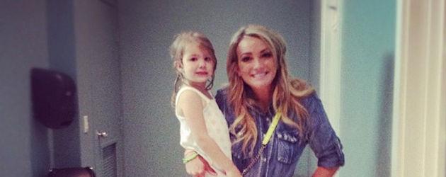 Jamie Lynn Spears hat ihre Tochter auf dem Arm