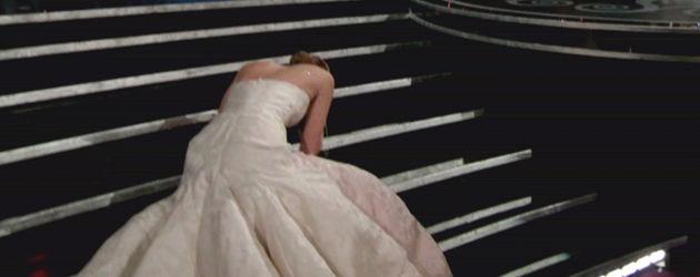 Jennifer Lawrence stolpert auf einer Treppe