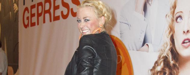 Jenny Elvers-Eberzagen mit braunen Beinen und gepudertem Gesicht