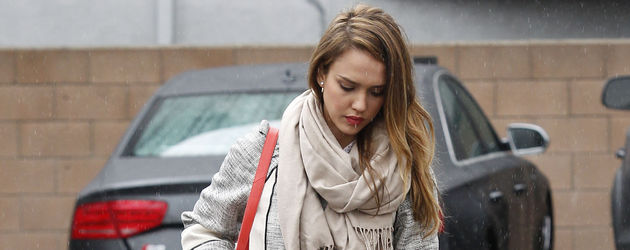 Jessica Alba im Mantel unterwegs in West Hollywood