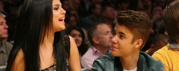 Justin Bieber und Selena bei einem Spiel im Publikum