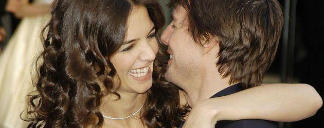 Katie Holmes & Tom Cruise lachen sich an