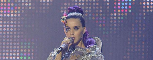 Katy Perry im Fetzen-Umhang