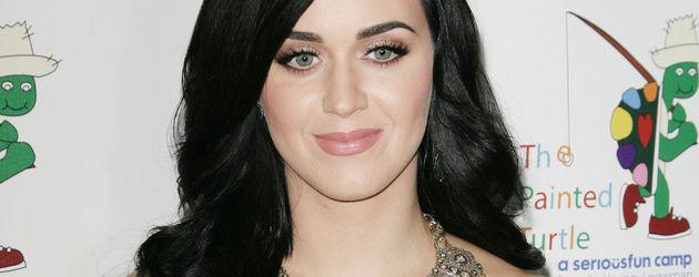 Katy Perry im grünen Abendkleid mit Schmuck