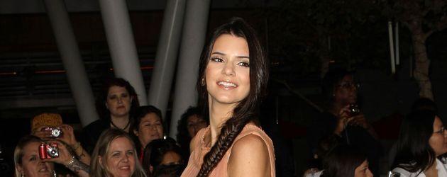 Kendall Jenner posiert seitlich