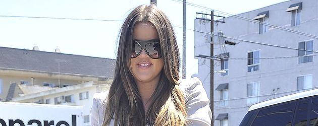 Khloé Kardashian kombiniert eine Strickjacke zum Maxikleid