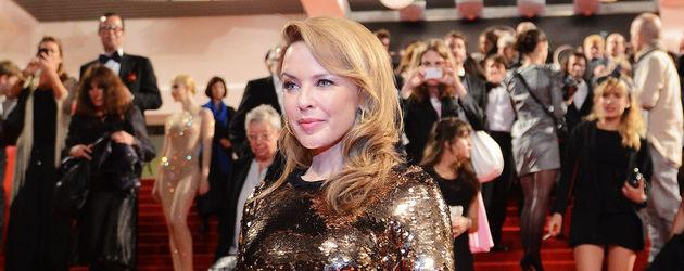 Kylie Minogue im langen Goldkleid