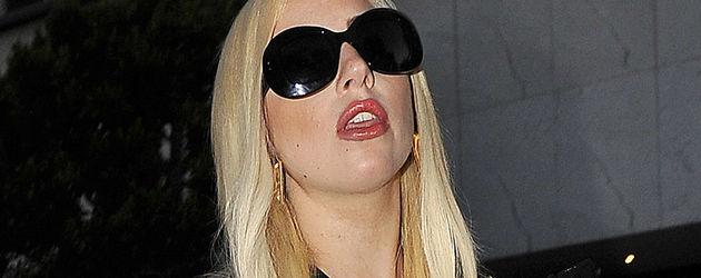 Lady Gaga im Bondage-Kleid mit Strumpfhose und Sonnenbrille