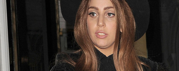 Lady GaGa mit großem Hut