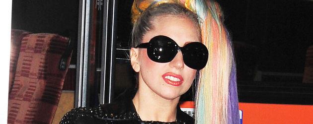 Lady Gaga mit Regenbogen-Haaren