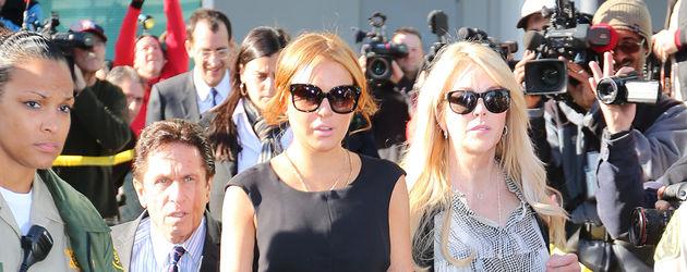 Lindsay Lohan mit Triangel-Tattoo und ihrer Mutter