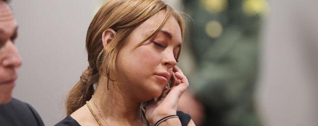 Lindsay Lohan sitzt im Gericht und schließt die Augen