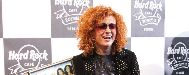 Lucy Diakovska mit goldener Schallplatte