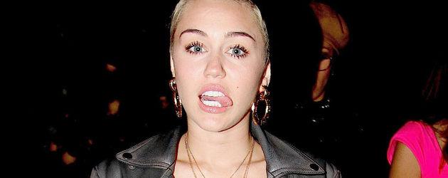 Miley Cyrus in gestreiften Hosen