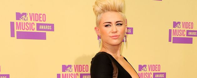 Miley Cyrus mit Silber-Clutch