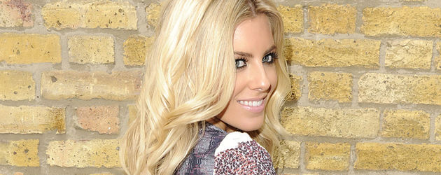 Mollie King mit blauem Rock