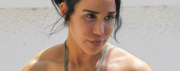 Nadya Suleman in einem olivfarbenen Dress