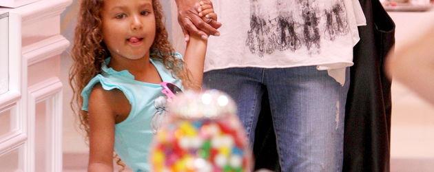 Nahla und Halle Berry im Süßigkeiten-Geschäft