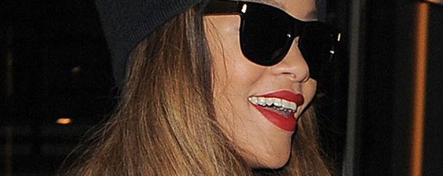 Rihanna lacht mit Mütze aufm Kopp