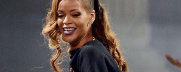 Rihanna lacht und streckt den Po raus