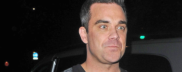Robbie Williams ganz in Schwarz