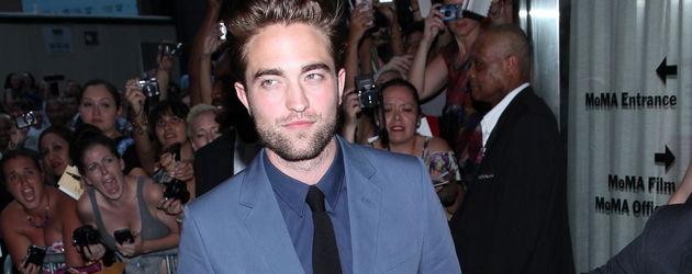 Robert Pattinson im blauen Anzug