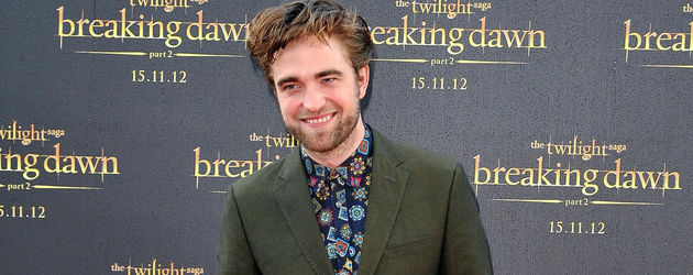 Robert Pattinson mit einem Blümchen-Hemd
