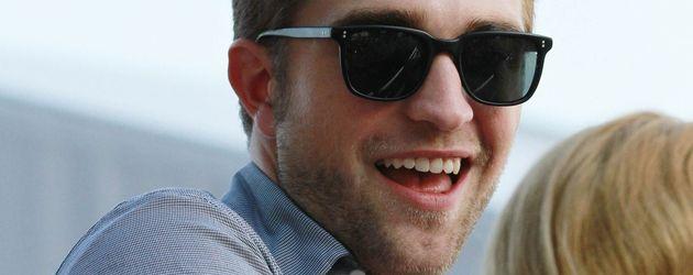 Robert Pattinson mit Sonnenbrille und sehr fröhlich