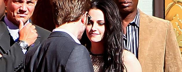 Robert Pattinson und Kristen Stewart gucken verliebt